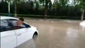 司机冒雨战台风,开车差点被雷轰!