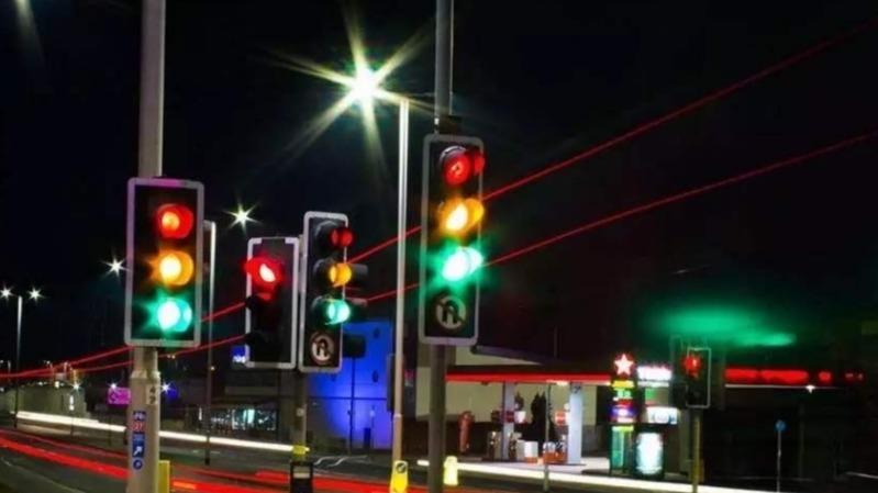 红灯20分钟都不变,开过去算闯红灯吗?交警:记好,再说一次
