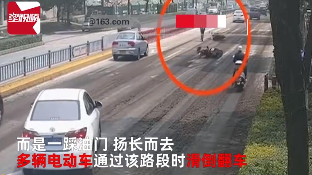 气人!泉州大挂车公路撒污泥,致多辆电动车滑倒:司机竟直接跑了