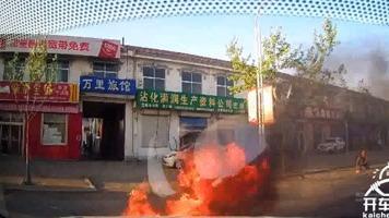 开车途中突然掉头,司机被撞火上浇油!
