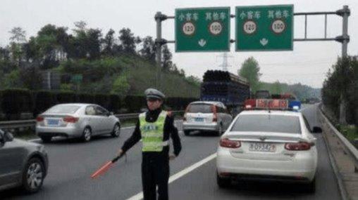 开高速时,遇到前面的车急刹是躲还是跟着急刹?