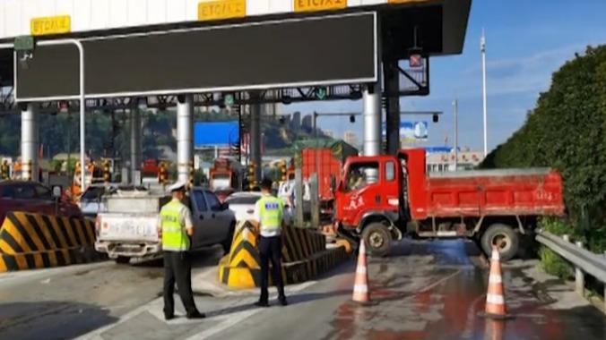 """货车下高速横冲直撞,收费站前一把""""漂移""""秀车技,结果惨淡收场"""