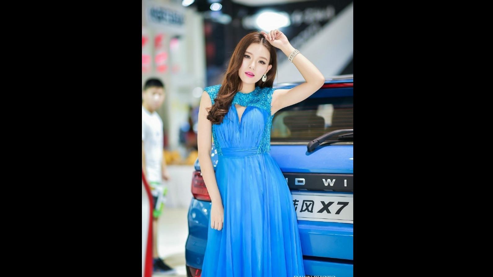 蓝色长裙、气质一流 这位美女车模火了!