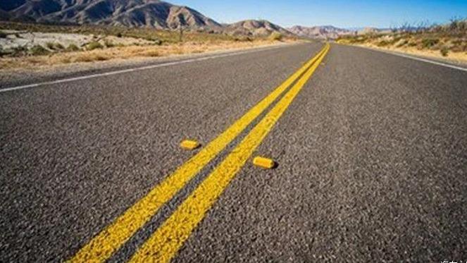 么咱们今天就来讲讲四种相当基础的交通标线,要是到现在这些交通标志还不懂的话,那真的要好好学习了,不然老是违章也不是个事啊。