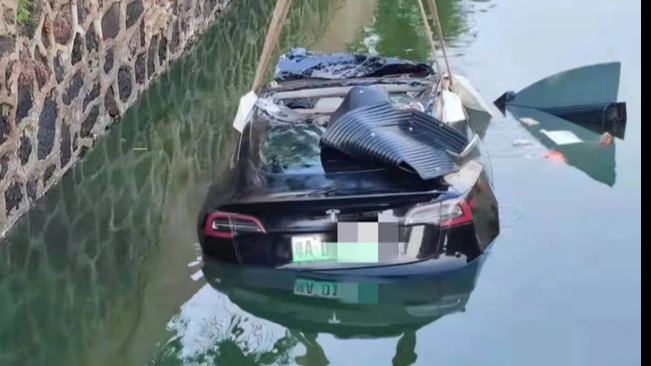 真无人驾驶?特斯拉轿车冲入水沟驾驶员不见了