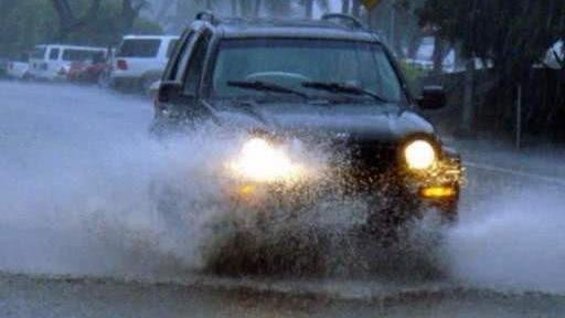 跑高速下起暴雨,开双闪算违章吗?交警:你驾照买来的吧