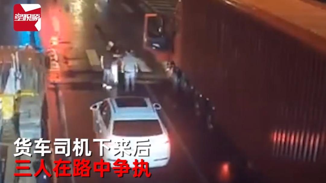 """无锡两醉酒男子路口停车后,挑衅货车司机险遭""""反杀"""":开车赶紧溜"""