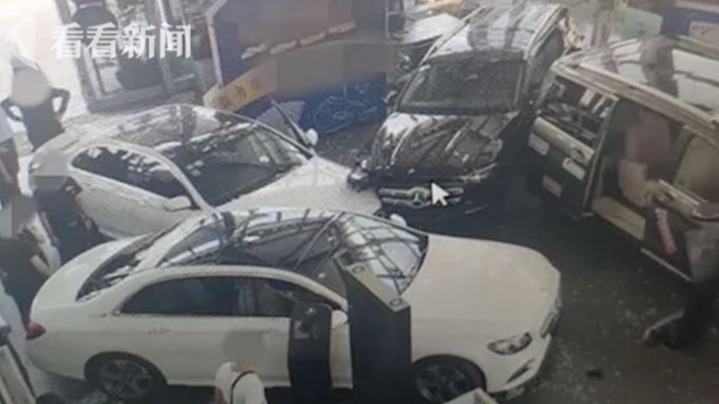 """奔驰刷存在感:冲4S店连撞3车 今年多次召回恐成""""召回王者"""""""
