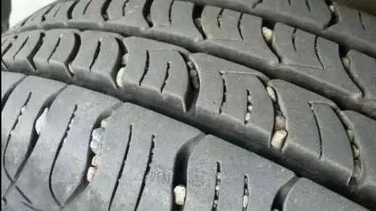 开车上路时尽量躲开这个东西,比钉子还伤轮胎,很多车主都中招了