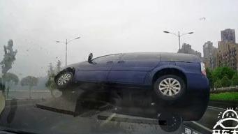 超车冲向逆行车道,突然怼脸心惊肉跳!