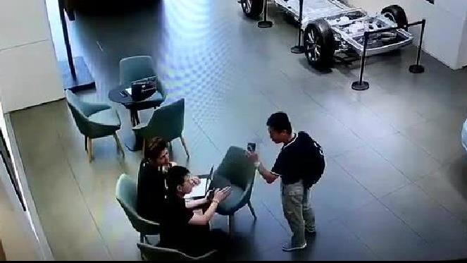 顾客报警称被打,理想汽车店内监控视频曝光