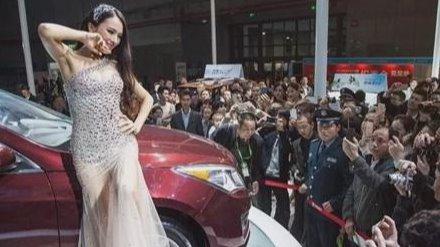 """17岁当车模的她,成为""""车顶女神"""",在车展真空被观众一览无余"""