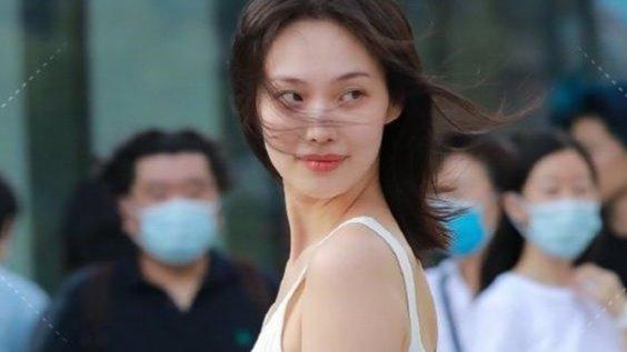 加油站的美女车模,简约时尚,让她更有女人味!