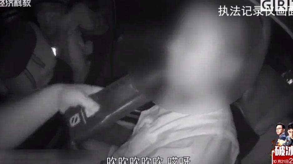 女子醉驾被查 戏精附体上演荒唐一幕 交警执法记录曝光