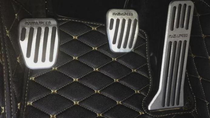 在刹车失灵的时候一定要先冷静下来,千万不要乱操作,现在的汽车品牌也为了防止刹车失灵出现交通事故而设置了两套刹车方案。