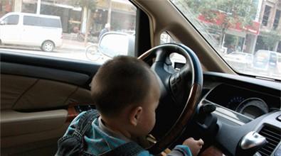 """3岁娃开车上路妈妈发朋友圈""""请多关照"""" 交警:关照来了"""
