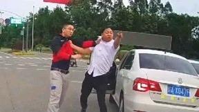 司机互怼斗气别车,当街冲撞争做大哥!