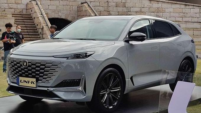 新车外观延续了无边界进气格栅设计,车尾采用当下比较流行的贯穿式尾灯,并采用轿跑SUV的外观造型设计。动力方面,将提供1.5T和2.0T发动机。