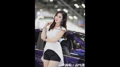 性感时尚的白色服饰搭配,将美女车模展现的妩媚性感迷人