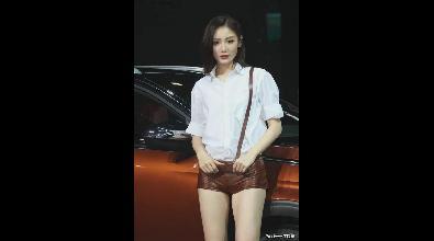 超短裤大长腿高挑美女车模